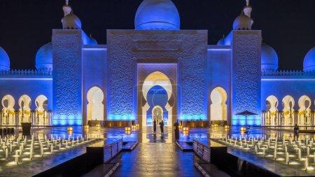 Photo pour Grande mosquée Cheikh Zayed illuminée la nuit timelapse, Abu Dhabi, EAU. Vue de face avec fontaines. La 3ème plus grande mosquée du monde - image libre de droit