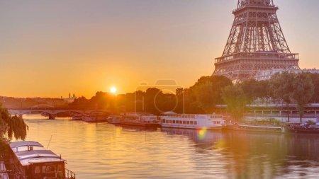 Photo pour La Tour Eiffel et la Seine à Sunrise timelapse, Paris, France. Vue du matin du pont de Bir-Hakeim aux reflets sur l'eau - image libre de droit