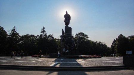 Photo pour Timelapse de Taras Shevchenko Monument dans le parc de Shevchenko (à ukrainien célèbre poète et penseur) avec ses images poétiques des combattants pour la liberté. Soleil se déplace derrière ce monument - image libre de droit