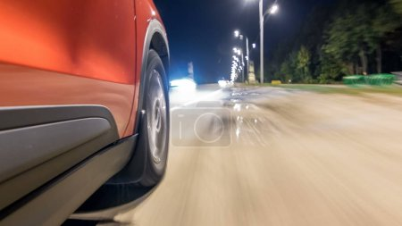 Photo pour Drivelapse du côté de la voiture se déplaçant sur une route de nuit timelapse hyperlapse, route avec feux réfléchi sur la voiture à haute vitesse. Rythme rapide d'une ville moderne. - image libre de droit