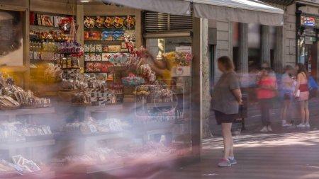Photo pour Rue de la Rambla à Barcelone timelapse, Espagne. Des milliers de personnes à pied tous les jours de cette zone piétonne populaire. Endroit bondé - image libre de droit