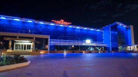 Photo pour Aktaou nuit avec hyperlapse hôtel et restaurant timelapse. Bâtiment avec éclairage. Kazakhstan. - image libre de droit