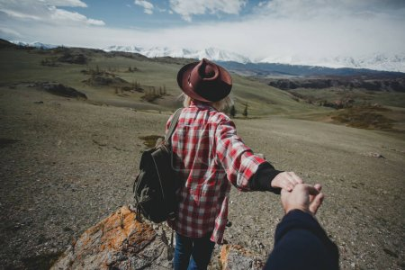 Photo pour Fille voyageur chapeau tient sa main et suivez votre dans les montagnes - image libre de droit