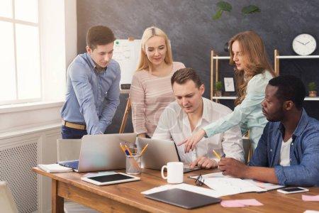 Photo pour Collaborateurs de l'entreprise discuter des idées et de réflexion au bureau, jeune équipe réussie de planification nouvelle stratégie marketing, copier espace - image libre de droit
