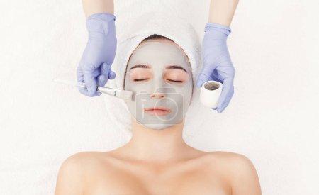 Photo pour Masque facial, soin de beauté spa, soins de la peau. Femme se masque nourrissant par esthéticienne au salon spa, vue de dessus, espace copie - image libre de droit