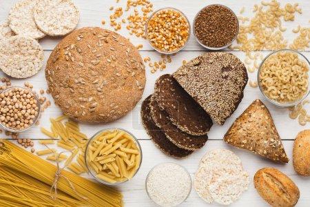 Photo pour Vue de dessus sur pain gratuit sain sans gluten, pâtes et céréales - image libre de droit