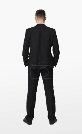 Foto de Joven empresario confío en el juego de pie con las manos en los bolsillos, vista, aislado sobre fondo blanco posterior - Imagen libre de derechos