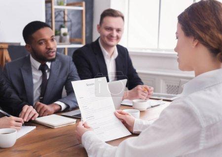 Photo pour Female employeur détenant CV demandeur au cours de l'entrevue de bureau - image libre de droit