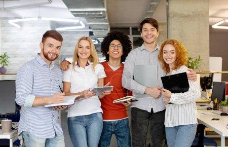 Photo pour Équipe de création d'entreprise réussie caméra en regardant et en souriant. Diverses personnes debout ensemble au démarrage. - image libre de droit