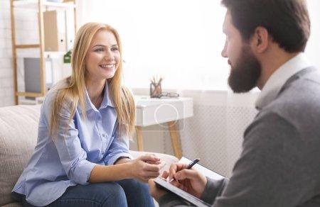 Photo pour Succès du coaching de vie. Femme souriante parlant à un consultant psychologique professionnel, parlant de ses réalisations - image libre de droit