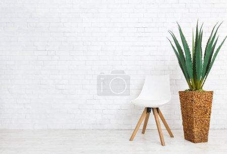 Photo pour Maison plante d'agave et chaise scandinave, debout sur le sol en briques blanches mur fond, espace copie - image libre de droit