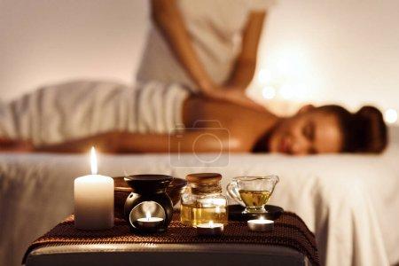 Photo pour Spa de l'arôme. Femme jouissant massage au spa de luxe avec une bougie sur le premier plan - image libre de droit