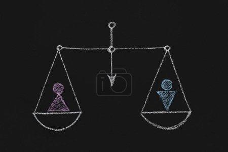 Photo pour Concept de l'égalité entre les sexes. Balances égaux avec des sexes masculins et féminins figures dessinées sur tableau noir - image libre de droit
