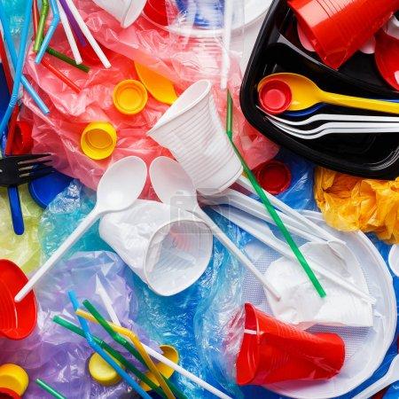 Photo pour Fond d'ordures en plastique. Concept d'élimination des déchets - image libre de droit