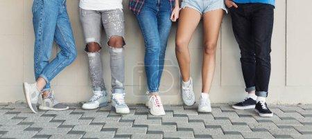 Photo pour Groupe de jeunes adolescents sportifs debout au mur en ville, panorama - image libre de droit