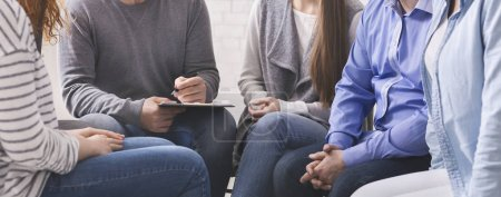 Photo pour Conseiller avec presse-papiers parlant aux patients pendant la thérapie de groupe, panorama - image libre de droit