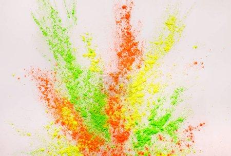 Explosión de polvo de colorgul abstracto sobre fondo blanco