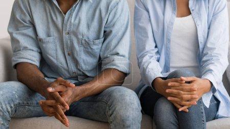 Photo pour Conjoints afro-américains méconnaissables assis sur le couch au bureau de conseillers matrimoniaux. Panorama, Cropped - image libre de droit