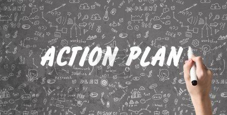 Photo pour Concept de stratégie. Le plan d'action écrit sur fond gris avec des illustrations et des dessins, marqueur main tenant - image libre de droit