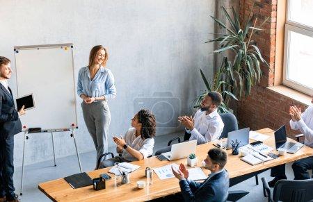 Photo pour Concept de présentation des affaires. Homme d'affaires et femme d'affaires prononçant un discours présentant une idée de projet à des collègues debout dans un bureau moderne. - image libre de droit
