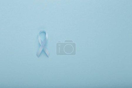 Photo pour Ruban bleu Symbolique pour la campagne de sensibilisation au cancer de la prostate et santé des hommes, espace de copie, fond - image libre de droit