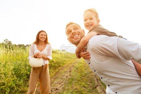 Photo pour Passer du temps ensemble. Jeune parent donnant tour de dos à son enfant - image libre de droit