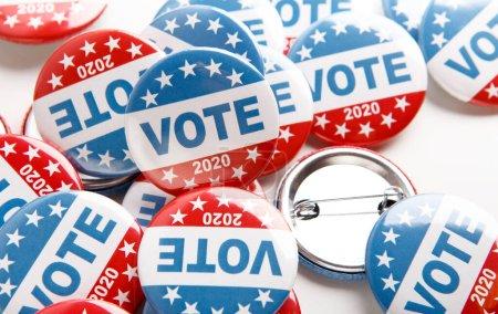 Photo pour Boutons de campagne électorale 2020 isolés sur fond blanc, bouton de vote pour les électeurs - image libre de droit