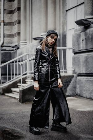 Photo pour Fashion shot of beautiful young woman outdoors - image libre de droit
