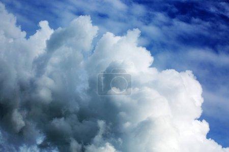 Foto de Fondo de grandes nubes de tormenta. Fondo de cielo de verano. - Imagen libre de derechos
