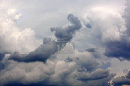 Foto de Fondo de grandes nubes de tormenta y puesta de sol. Fondo de cielo - Imagen libre de derechos