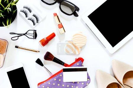 Photo pour Accessoires et chaussures pour femmes avec ensemble cosmétique sur fond blanc - image libre de droit