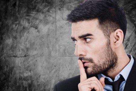 Photo pour Geste calme homme d'affaires avec le doigt - image libre de droit