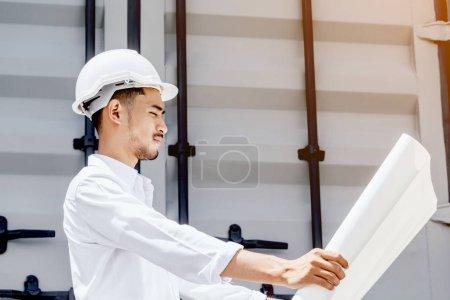 Photo pour Homme de génie lecture de plan sur le chantier - image libre de droit