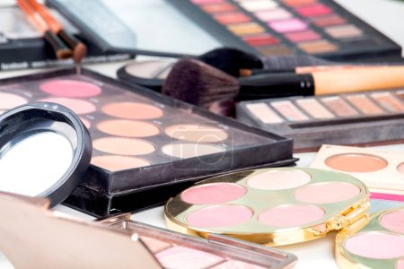 Photo pour Cosmétique maquillage mis sur table - image libre de droit