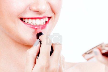 Photo pour Femme peint les lèvres rouge à lèvres sur fond blanc - image libre de droit