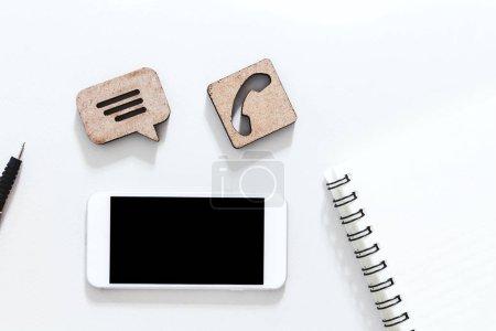 Photo pour Service d'assistance client avec smartphone sur la table - image libre de droit