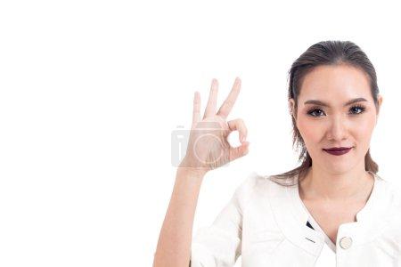 Photo pour Femme d'affaires faisant signe Ok isolé sur fond blanc - image libre de droit