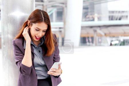Photo pour Portrait de femme d'affaires à l'aide de smartphone - image libre de droit