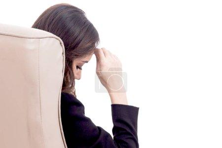 Foto de Mujer de negocios joven sentado en silla aislada sobre fondo blanco - Imagen libre de derechos