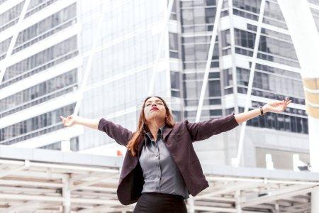 Photo pour Femme d'affaires de succès heureux à bras ouverts - image libre de droit