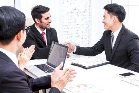 Photo pour Les gens d'affaires applaudissent à la réunion - image libre de droit