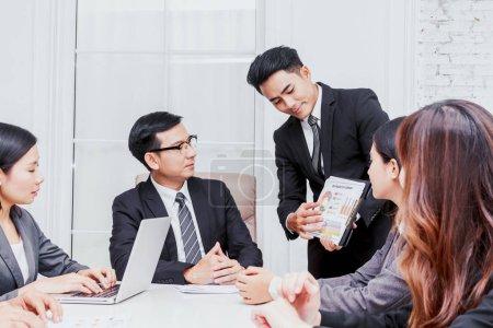 Photo pour Groupe de gens d'affaires réunis au bureau - image libre de droit