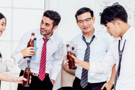 Foto de Grupo de negocios personas profesionales éxito beber cervezas en oficina - Imagen libre de derechos