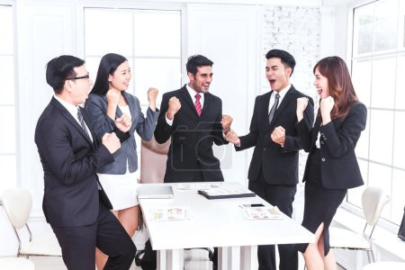Photo pour Équipe d'affaires réussie célébrant avec les bras levés - image libre de droit