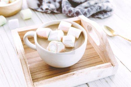 Photo pour Chocolat chaud et guimauves sur fond en bois - image libre de droit