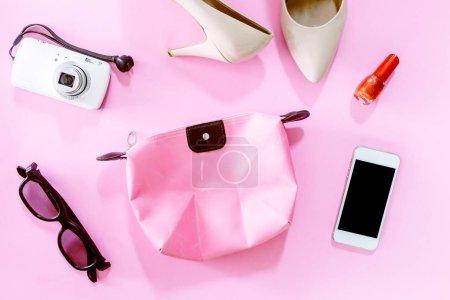 Photo pour Accessoires féminins et des chaussures avec cosmétique sur fond rose - image libre de droit