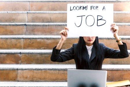 Photo pour Femme d'affaires détenant signe vous cherchez un emploi - image libre de droit