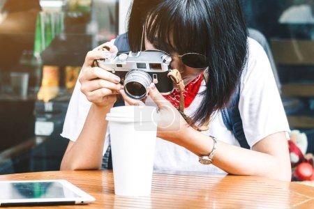 Photo pour Photo prise de femme asiatique avec caméra - image libre de droit