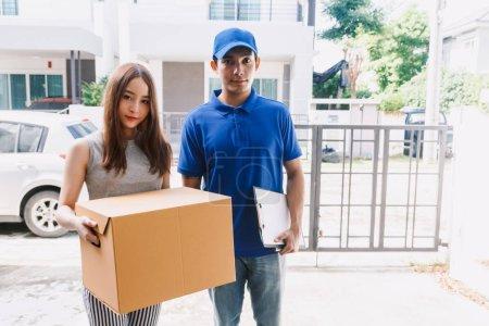 Photo pour Femme acceptant une livraison des boîtes de livreur - image libre de droit