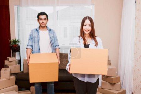 Photo pour Jeune couple avec boîte en carton à la maison - concept d'affaires en ligne et livraison - image libre de droit